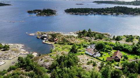 Den 325 mål store eiendommen Dønnevik Gårdomfatter strandlinje, skog, åtte bygninger, deriblant en skipperstue, båthus, dukkestue og en gammel låve konvertert til bibliotek og teatersal. Foto: Nordvik & partners