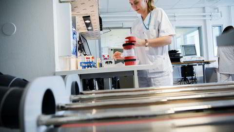 Bioingeniør Heidi Jørgedal Førstøyl åpner rørposten, som inneholder blodprøver og en rekvisisjon. Prøvemottaket for medisinsk biokjemi får rundt 300 rørpost daglig.
