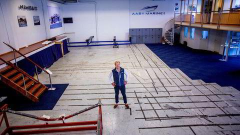 Båtselger Christoffer Olsen i et helt tomt lokale som følge av at de er helt utsolgt for nye båter.