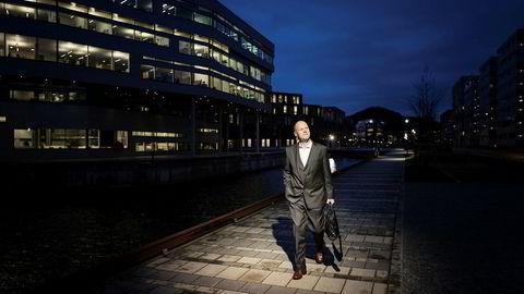 Peder Sortland, styreleder i rådgivningsselskapet Acona, har fått refinansiert selskapet etter tap på 400 millioner kroner i fjor.