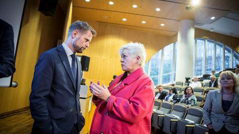 Generalsekretær i Kreftforeningen, Anne Lise Ryel, mener helseminister Bent Høie og Legemiddelindustriens Karita Bekkemellem burde gå sammen i dialog og være kreative.