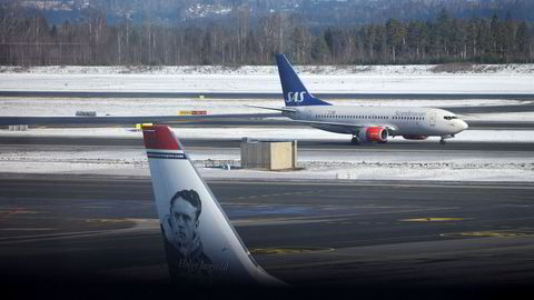 Avbildet er et SAS-fly og et Norwegian-fly på Oslo Lufthavn.