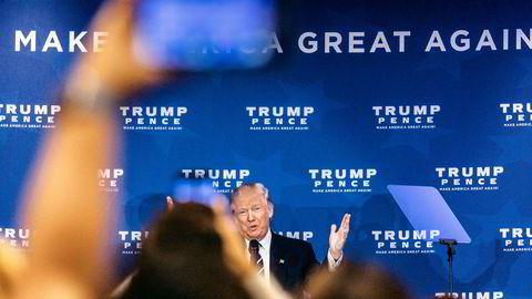 Flere medlemmer av Trumps stab skal ha vært i kontakt med russisk etterretning i løpet av valgkampen. Her erDonald Trump på scenen i ballsalen til Double Tree Hotel utenfor Philadelphia, et  av arrangementene under Trumps valgkampralley i vippestaten Pennsylvania.