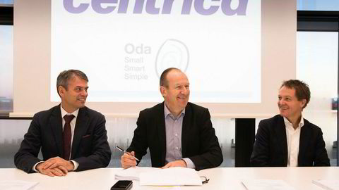 F.v. FMC-sjef Rune Thoresen, Centrica-sjef Dag Omre og Subsea 7-sjef Stian Sande signerer milliardkontraktene i Stavanger torsdag.