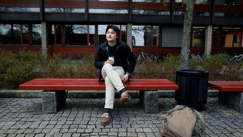 Arvid Folke Järnbert var flink på skolen - helt til han flyttet fra Gjøvik til Oslo for å studere. Her ble han distrahert av kebab og playstation og valgte til slutt å flytte til en øde hytte i seks måneder for å finne lesero. Nå er han tilbake i byen, og tar 80 studiepoeng per semester - nesten tre ganger mer enn hva som er normalt.