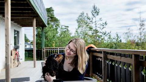 Julie Eldøy (22) bytter fra jusstudiet til det nye, populære studiet «digital økonomi og ledelse» ved Universitetet i Oslo til høsten. Her hjemme på Oppegård sammen med hunden Pondus.