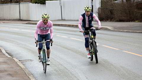 Elsykkelsalget doblet seg i år igjen. Her fra DNs sykkelduell tidligere i år. Hvem som kom først opp bakken av Lars Blesvik (35, til venstre) på landeveissykkel og Trond Lydersen (40) kan du se på DN.no.