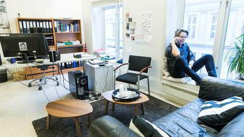 Daglig leder Erik Brataas i Phonofile bruker ofte plassen i vinduskarmen når han skal ha telefonmøter.