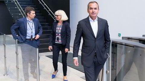 Lundin Petroleum skiller ut virksomheten utenfor Norge i et eget selskap for å konsentrere seg om norsk sokkel. Fra venstre konsernsjef Alex Schneiter, norgessjef Kristin Færøvik og styreleder Ian Lundin i kontorlokalet i Lysaker.