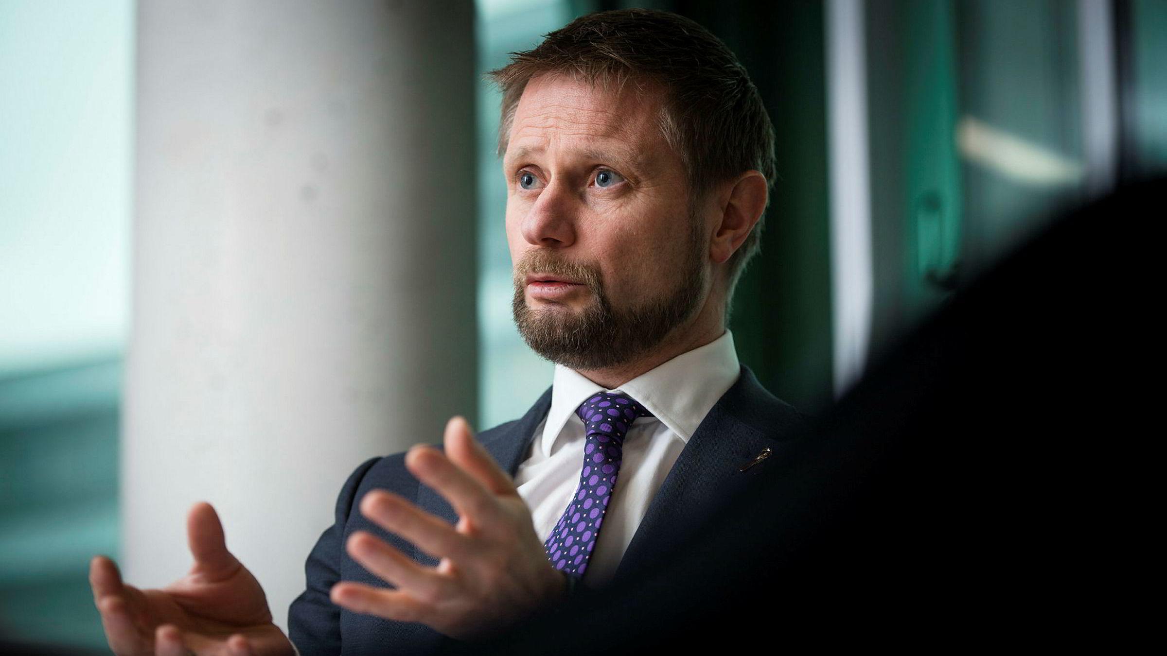 Helse- og omsorgsminister Bent Høie (H) mener det er stadig viktigere å vri oppmerksomheten mot dyrehold og matproduksjon.