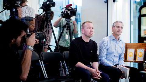 Jonas Bals (t.v.) slutter som rådgiver for Jonas Gahr Støre. Bildet er fra lanseringen av en bok de to skrev sammen i 2014.