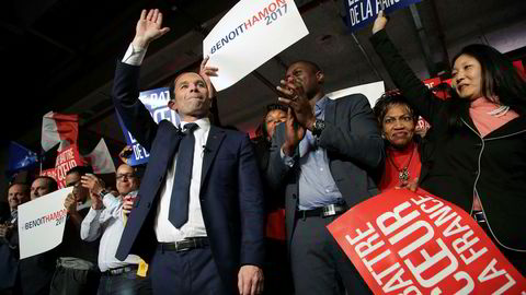 Presidentkandidat og tidligere utdanningsminister Benoit Hamon vinker til støttespillere etter et møte i Montreuil, utenfor Paris, 26. januar.