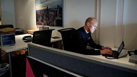 Arnfinn Strand, leder for sikkerhetsingeniørene i Check Point Norge, sitter i tomme lokaler på Aker Brygge. Alle kollegene er borte på jobb.