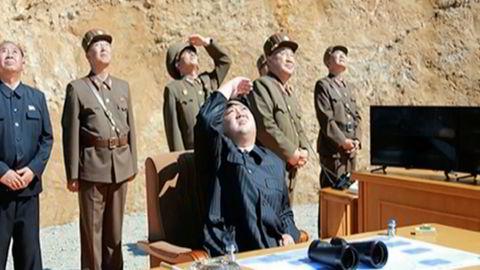 Bildet fra Nord-Koreas nyhetsbyrå KRT skal vise Nord-Korea leder Kim Jong-un, som ser på missiloppskytningen tirsdag.