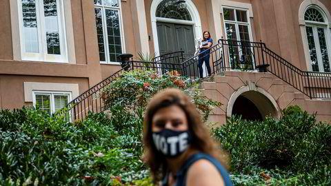 Både Carol Santos (foran) og Jessica Tuman (på trappen i bakgrunnen) har drevet med kampanje for Demokratene i Sandy Springs i utkanten av Atlanta. Georgia kan bli demokratisk for første gang på nesten 30 år – om målingene har rett i «dødt løp».
