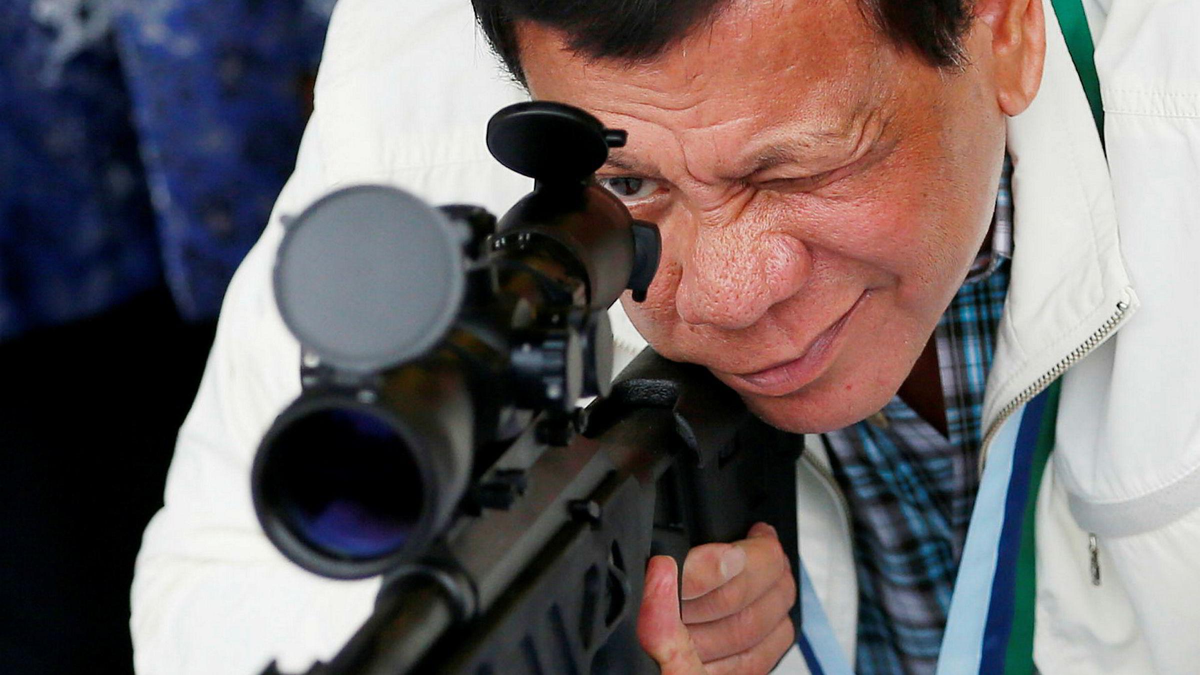 Rodrigo Duterte er blitt velkjent for knallhard politikk og retorikk de siste tolv månedene. Her besøker han flybasen Clark nord i Filippinene i juni.