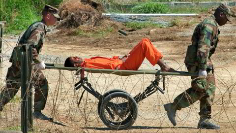 Tortur virker mot sin hensikt, slår artikkelforfatterne fast. På dette bildet fra 2002 blir en fange fra Afghanistan fraktet til avhør i Camp X-Ray i Guantánamo fangeleir.