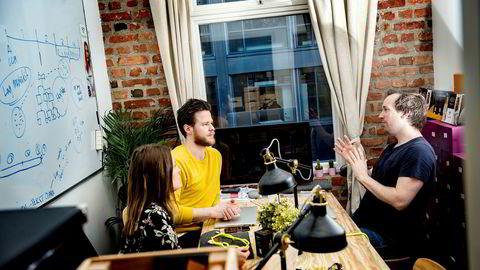 Clara Beate Malm (fra venstre), Karstein Lien og Tore Helland i Turtleneck prøver å selge aksjer til flest mulig for å få produktideer, tilbakemeldinger og hjelp fra sine eiere.