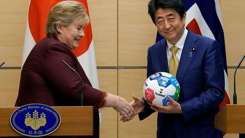 Norges statsminister Erna Solberg mottok en håndball av Japans statsminister Shinzo Abe onsdag. De diskuterte imidlertid Nord-Koreas atom- og missilambisjoner mer enn håndball under sine møter. Foto: Shizuo Kambayashi / AP / NTB scanpix