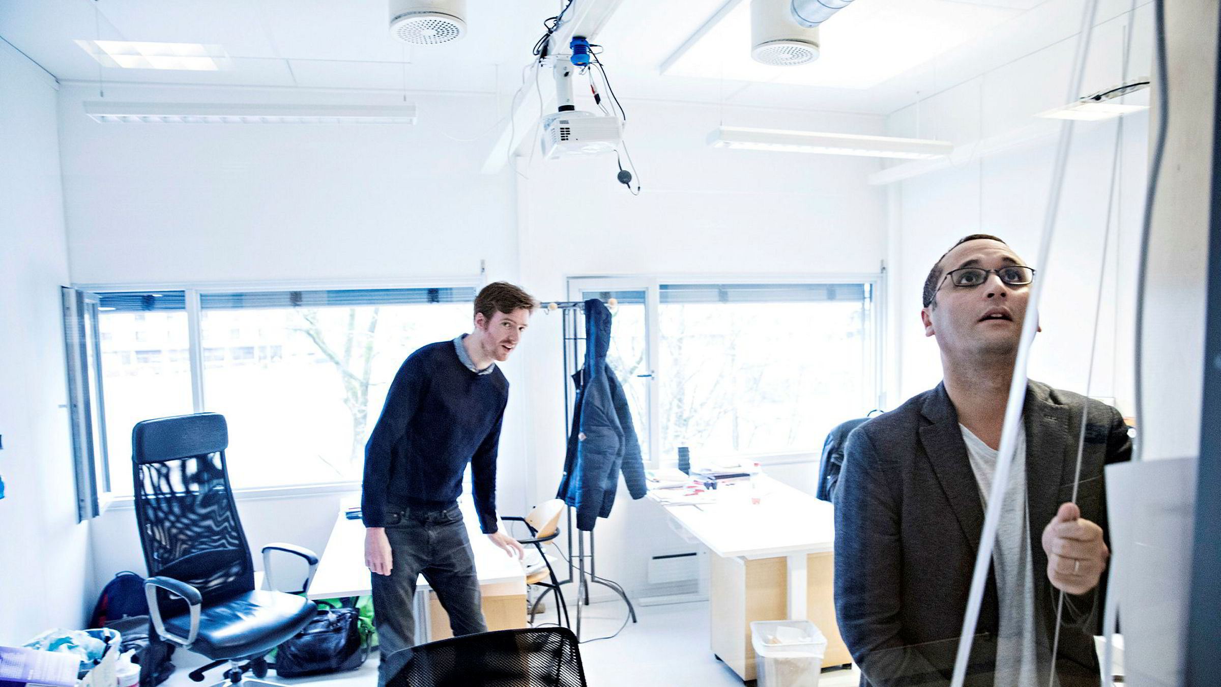 Ali Elmasoudi (til venstre) og Eivind Stordal står bak selskapet Studix som utvikler en robot for undervisning.