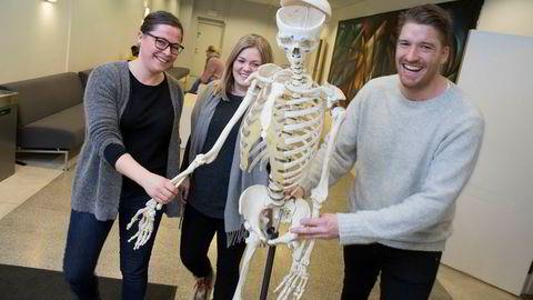 Sykepleierne (fra venstre) Inga Kristin Tolo og Nina Sundeng Furholt har nettopp begynt på en ny videreutdannelse i akuttsykepleie ved HiOA. De har noen felles forelesninger med sykepleier Kristian Olafsen, som studerer anestesisykepleie ved samme studiested.
