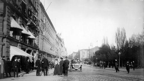 Fotgjengere i Kristiania må motvillig vike for en av byens 100 biler i 1908.