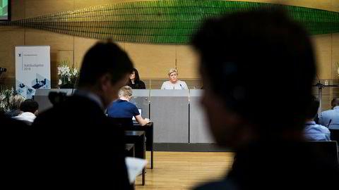 Finansminister Siv Jensen får flere oljepenger å rutte med på grunn av høyere oljepris.