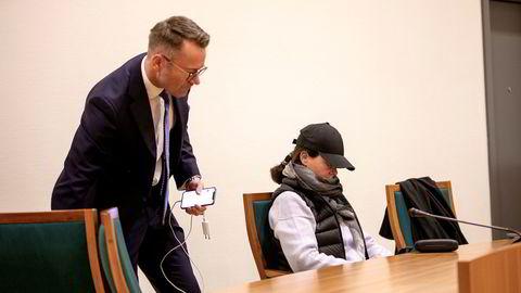 Hanne Madsen sammen med advokat Erling Keyser da hun saksøkte byggmesteren i samme sakskompleks der hun nå er dømt til 45 dager ubetinget fengsel.