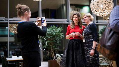 Vivi Hatlem i Nordea fotograferer oljeanalytiker Thina Saltvedt i Nordea og Gassnova-leder Trude Sundset under et «Girl Geek»-arrangement.