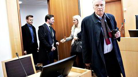 Arne Vigeland (bak til venstre) vil få en ny mulighet til å vinne frem med sitt krav mot blant annet Ingvild Huseby (hilser på advokat Nils Christian Langtvedt) og Erik Thorsen (foran) når SJI Equities søksmål mot tidligere RenoNorden-topper kommer opp i Borgarting lagmannsrett i juni 2020.