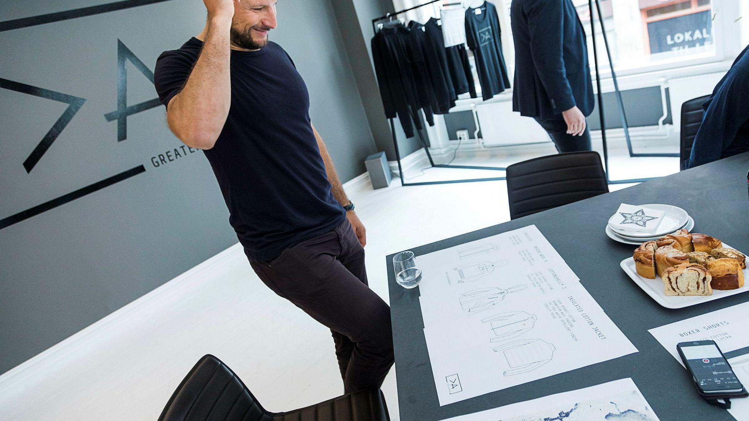 Aksel Lund Svindal lanserer sitt klesmerke >A eller Greater than A. I lokaler i Oslo sentrum venter Aksel og de andre bak >A spent på den første prøvekolleksjonen.
