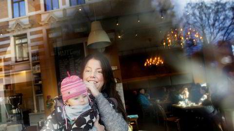 Marte Hvalryg (40), med datteren Ella (Syv måneder), er forbauset over at fedrenes uttak av permisjon har falt.