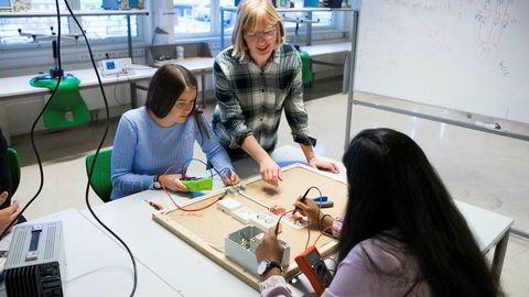Flere jenter fullførte videregående skole etter Reform94, men lønnen senere i livet var den samme som før, skriver Katrine Løken i kronikken. Elever på videregående skole får her undervisning i elektrofag.