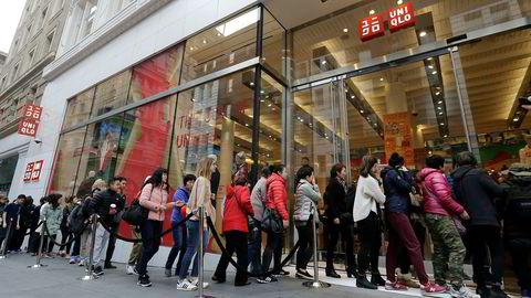 Den japanske tekstilkjeden ekspanderer for fullt i Asia og Nord-Amerika. Salget har sviktet i nøkkelmarkeder de siste månedene på grunn av varmere vær enn vanlig.