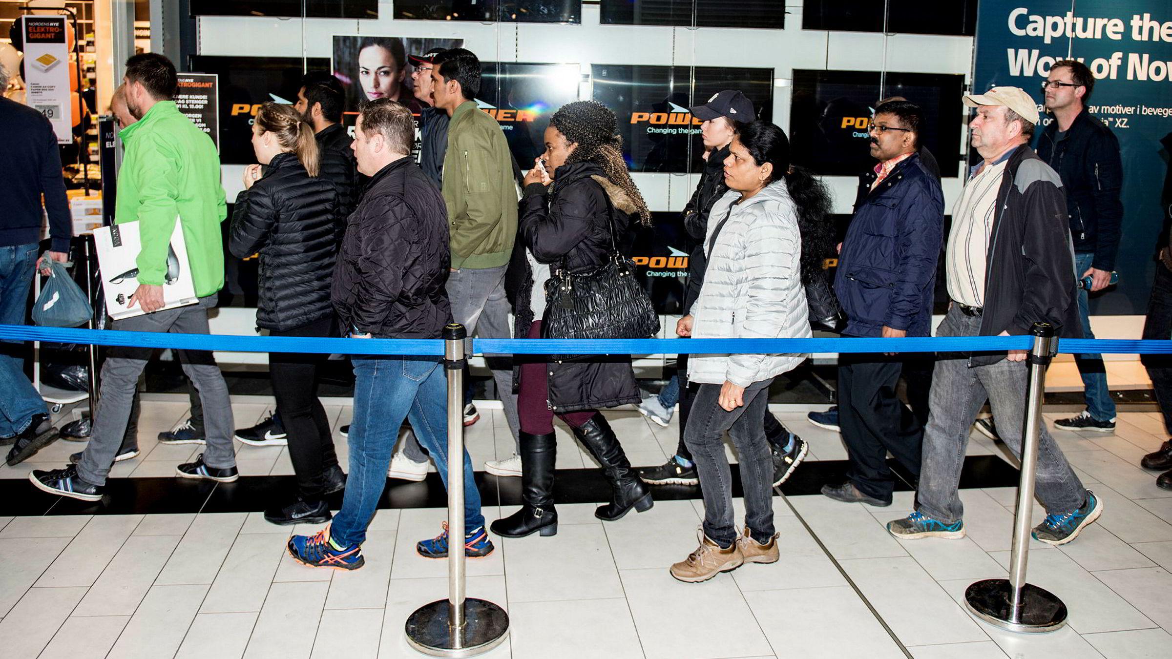 Folk slippes inn i puljer i den nye Power-butikken (tidligere Expert) på Strømmen storsenter fredag.