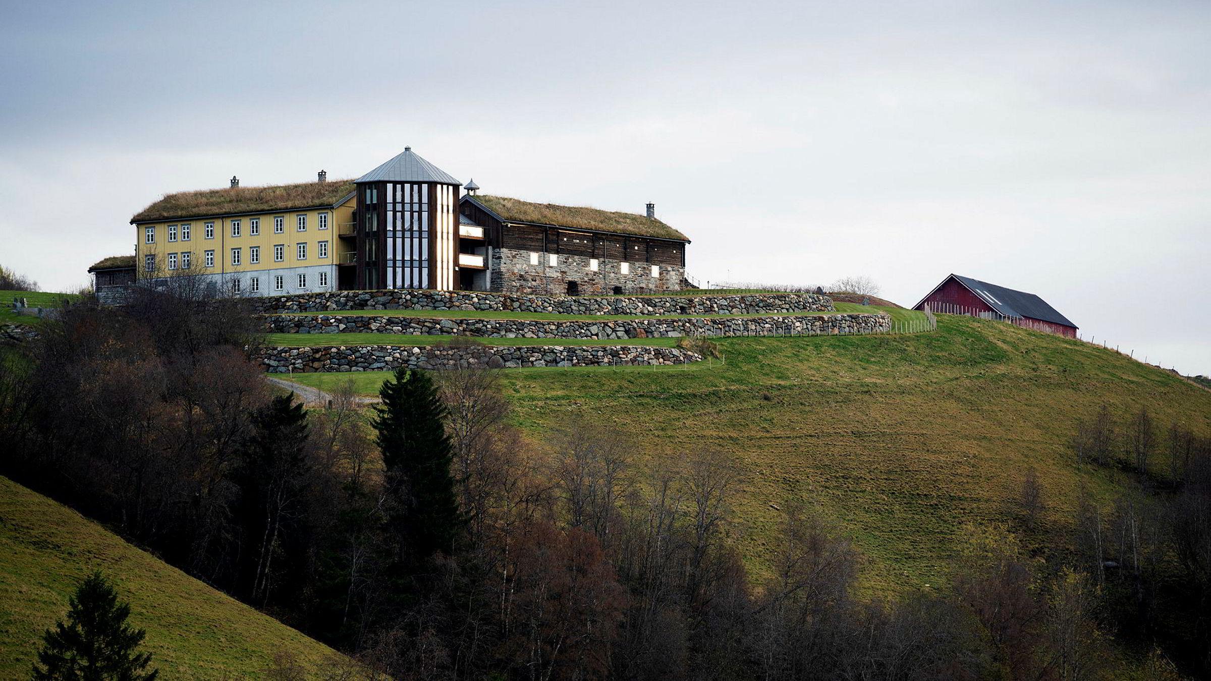 Farsgården til Odd Reitan sør for Trondheim blir kalt Fløtta og ble solgt til hans eget holdingselskap for 119 millioner kroner. Det er en sjelden pris for en landbrukseiendom.