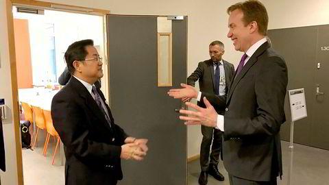 Utenriksminister Børge Brende (til høyre) i samtale med Kinas Arktis-ambassadør Gao Feng under Arctic Frontiers-konferansen i Tromsø tirsdag.