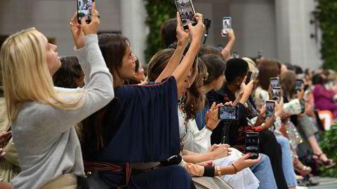 Apple alene har solgt anslagsvis to milliarder Iphoner siden de ble lansert i 2007, skriver artikkelforfatteren. Her benyttes Iphoner som kamera under New York Fashion Week i september.