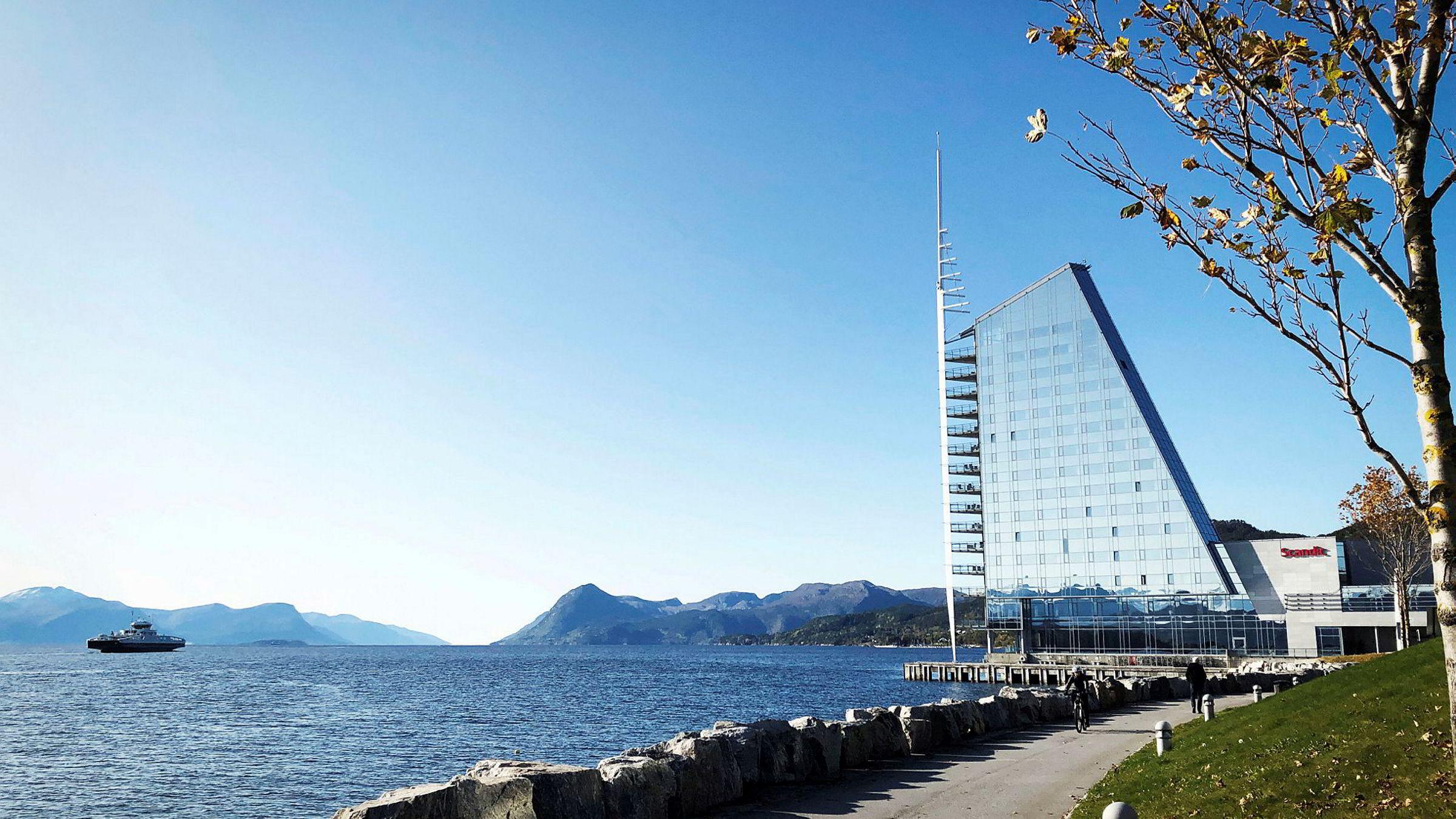 Scandic Seilet ligger tett på Aker Stadion i Molde og har siden 2002 vært et landemerke i havnen. Det meste på hotellet holder fortsatt god stand, men servicen er sparsommelig og gjestene får ikke tygge ferdig.