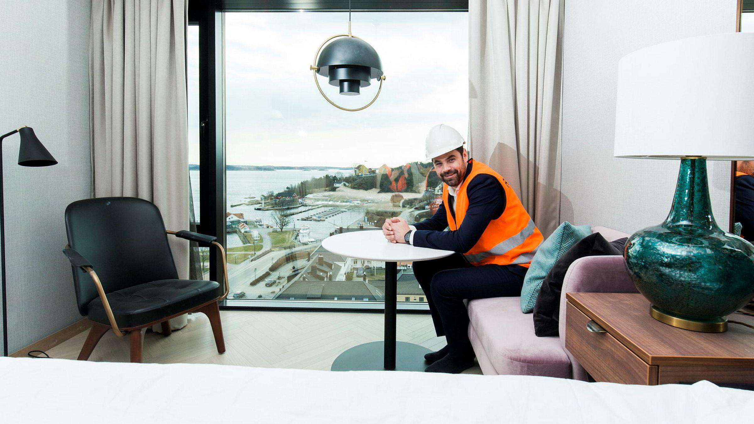 Erik Riis Jacobsen, direktøren ved Radisson Blu Caledonien i Kristiansand, viser frem panoramautsikten fra ett av prøverommene.