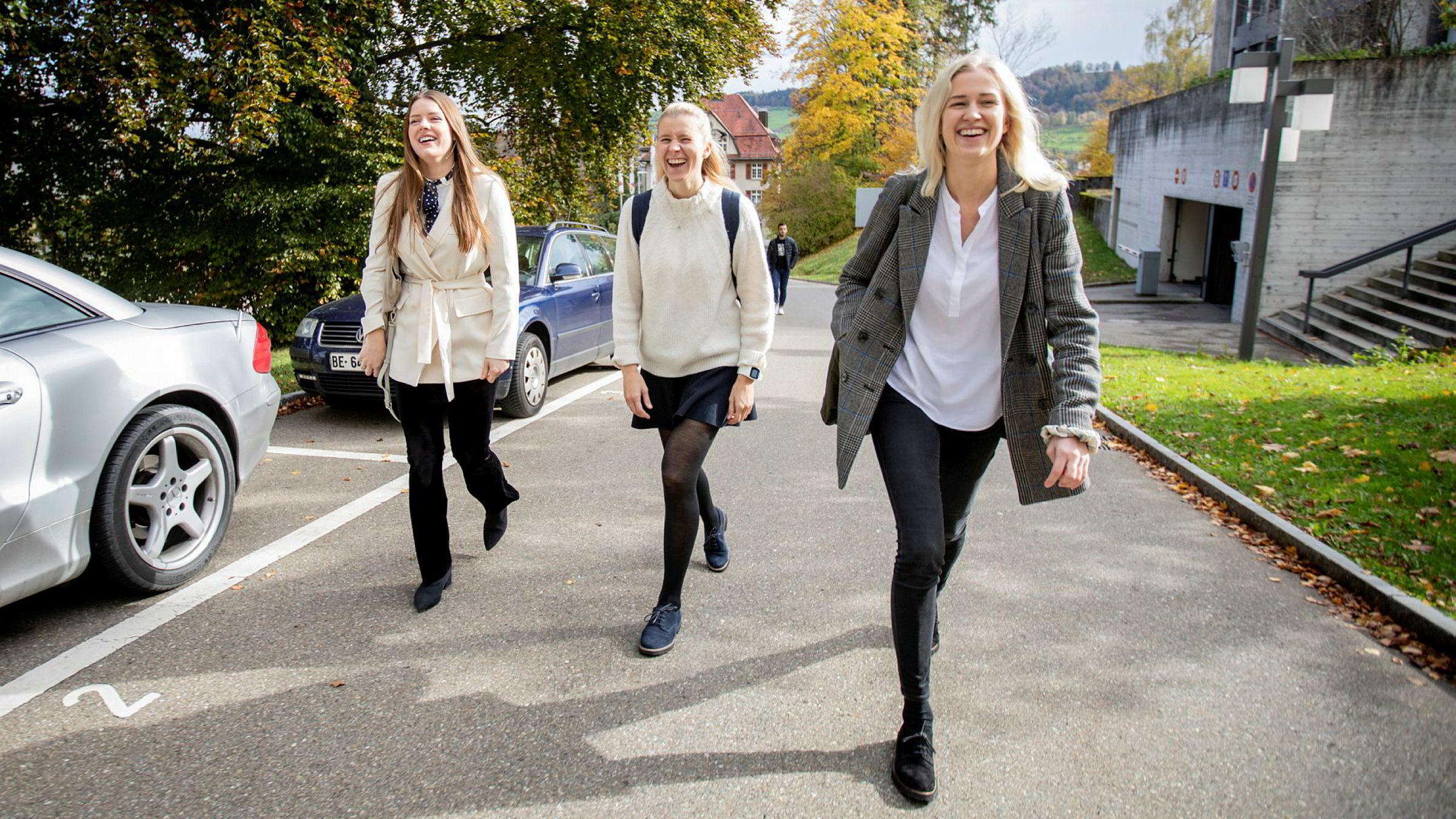 Fra venstre: Ina Helen Danielsen, Alma Botten og Ingvild Haakenstad Thoresen ved hovedbygningen på Universitetet i St. Gallen i Sveits, tre av et titall norske studenter på skolen nå i høst.