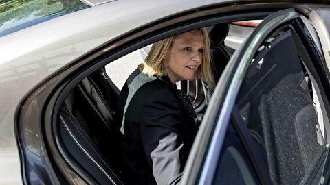 Sylvi Listhaug setter seg i ambassadørens bil etter besøket på politihuset i Stockholm. Innvandrings- og integreringsministeren er på besøk i Stockholm for å se på hva svenskene har gjort i innvandrings- og integreringspolitikken.
