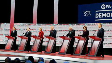 Sju demokratiske presidentkandidater kvalifiserte seg til debatten i Los Angeles torsdag kveld. Fra venstre Andrew Yang, Pete Buttigieg, Elizabeth Warren, Joe Biden, Bernie Sanders, Amy Klobuchar, Tom Steyer. Foto: Chris Carlson / AP / NTB scanpix