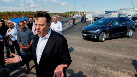 Det er under ni måneder siden de første Tesla-billene rullet ut av fabrikken i Shanghai. Toppsjef Elon Musk var nylig i Berlin, hvor byggingen av en ny «Gigafactory» er underveis. På tirsdag skal Tesla vise hvordan de ser for seg fremtidens batterier.