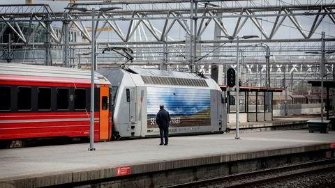 Jernbaneverket, dagens Bane Nor, får kritikk for styring av innleide konsulenter i en revisjonsrapport som er unntatt offentlighet.