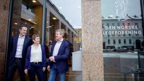 Legeforeningens president Marit Hermansen, Overlegeforeningens Jon Helle, til høyre og Christer Mjåset i Yngre legers forening var godt fornøyd etter å ha kommet i mål med løsningen på 2016-oppgjøret.