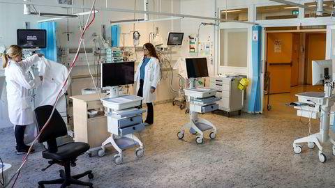 Overlegene Christina Schøndorf (til venstre) og Anne Bøen klargjør den ene kohortstuen ved intensivavdelingen på OUS Ullevål sykehus. Her blir det plass til fire intensivtrengende koronapasienter, sannsynligvis på respirator. Kohortsisolering brukes hvis flere pasienter er smittet med samme type mikroorganisme og dermed kan isoleres på samme rom.