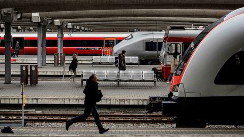Konsulentbruken i Jernbaneverket vekker sterke reaksjoner på Stortinget.