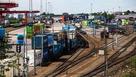 Det er nødvendig å styrke jernbanens attraktivitet, slik at mer gods kan transporteres med tog. Her fra Alnabruterminalen i Oslo.