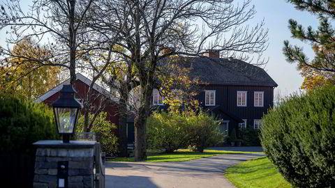 Den svært sentralt beliggende praktgården Østre Holmen gård ved foten av Holmenkollen var tidligere eid av Kværner-sjef Erik Tønseth før den ble solgt til Trygve Bjerke i 2007 for 60 millioner kroner. Nå har Bjerke solgt den videre til brødrene Haudemann-Andersen for 113 millioner kroner.